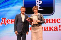 Роман Старовойт поздравил курских медиков и вручил награды