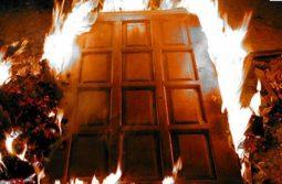 Дверь поджег сожитель