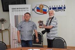 Почетным знаком Союза журналистов России отметили фотокорреспендента «Курской правды»