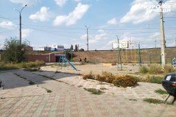 Роман Старовойт осматривает детскую площадку на улице Энгельса