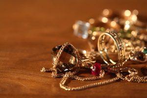 Курянка вынесла из магазина драгоценности на сумму 185 тысяч рублей