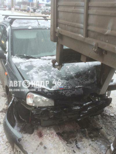 В Курской области столкнулись грузовик и две легковушки