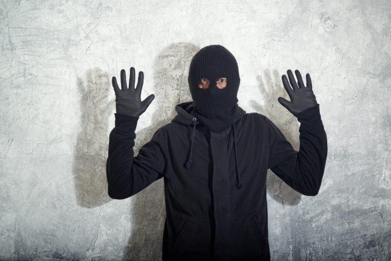 Курская таксистка задержала грабителя