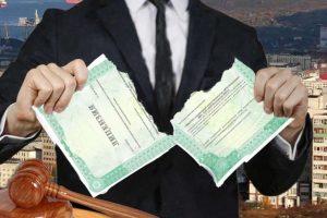 УК теряют лицензии, но не дома