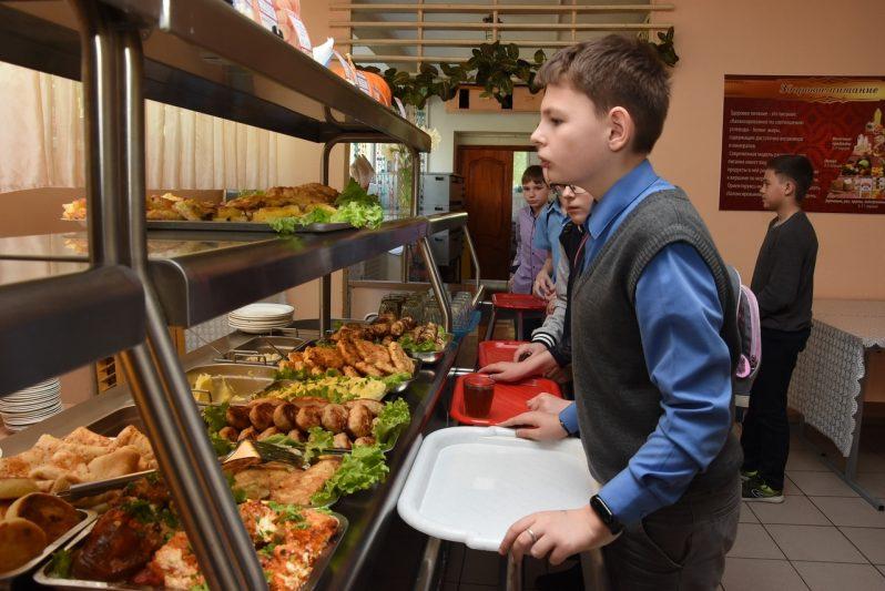Школьников уже кормят бесплатно