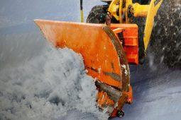 В Курске спецслужбы убирают дороги от снега