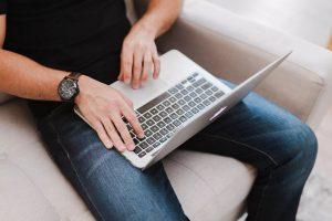 В Курске девушка украла ноутбук у иностранного студента