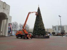 В Курске разбирают главную ель на Театральной площади