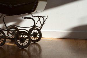 В Курске молодая пара похитила из подъезда детскую коляску
