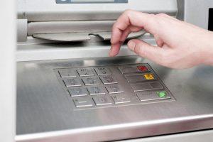 Курянина будут судить за хищение денег из банкомата