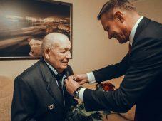 Роман Старовойт вручил медаль ветерану из Курчатова