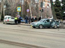 """В центре Курска """"Лада"""" въехала в такси"""
