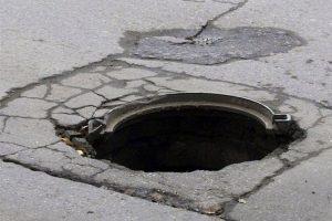 В Курске мужчина похищал канализационные люки
