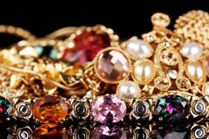 В Курске продавец ювелирного магазина украла золотые украшения