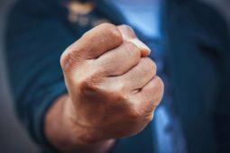Курянин заплатит 30 тысяч штрафа за драку с полицейским