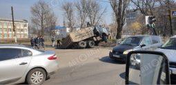 В Курске под КАМАЗом провалился асфальт