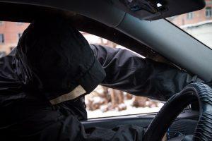Житель Курска украл из незапертого авто 30 тысяч рублей