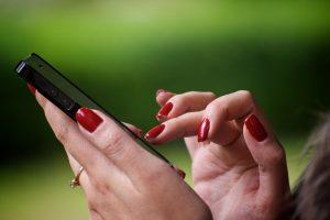 Курянка промышляла воровством мобильных телефонов
