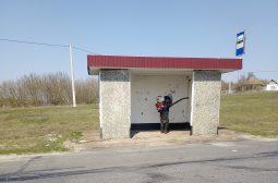 Курские дорожники дезинфицируют автобусные остановки в районах