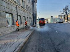 В центре Курска моют тротуары и ограждения
