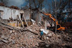 В Курске начали снос здания бывшей станции скорой помощи