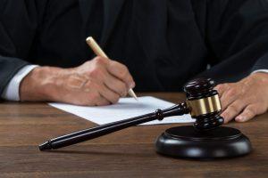 Курянина осудили за кражу металлических столбов и одежды