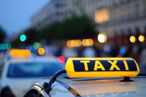 В Курске таксист обокрал пожилую пассажирку