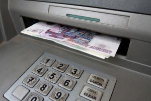 Курянин украл оставленные в банкомате деньги