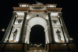 В Курске Триумфальная арка получила новое освещение