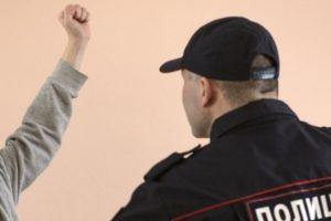 Курянин ударил полицейского сковородкой