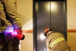 Курские огнеборцы спасли мужчину с ребенком из лифта