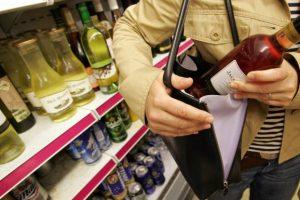 В Курской области «преступный дуэт» украл из магазина дорогой коньяк