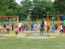 В Курском районе замгубернатора открыл детские площадки