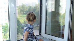 Выпавшая с 8 этажа в Курске девочка лечится в московской клинике