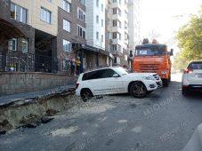 """В центре Курска """"Мерседес"""" угодил в яму"""