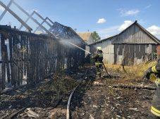 Из-за поджога травы в Курской области сгорел сарай