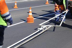 На отремонтированные участки дорог наносят разметку