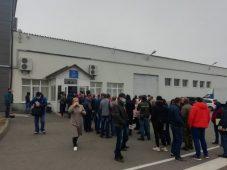 В Курске собралась огромная очередь у отделения ГИБДД