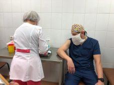 Восемь врачей Курской областной больницы получили вакцину от COVID-19