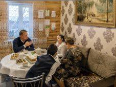 В рамках акции «Ёлка желаний» губернатор подарил курянке планшет