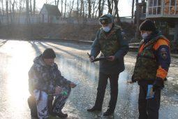 В Курске спасатели пресекают рыбалку на тонком льду