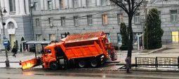 В Курске спецтехника обрабатывает дороги весь день