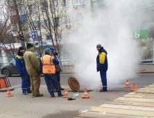 В центре Курска устраняют протечку трубопровода
