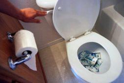 В Курске вор смыл в унитазе украденные деньги