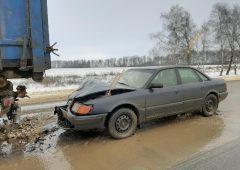"""В Курской области водитель """"Ауди"""" врезался в стоящий грузовик"""