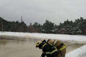 Пожарные залили каток