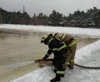 В Курске в микрорайоне Волокно пожарные залили каток
