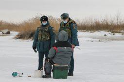 В Курской области рыбаки вышли на неокрепший лед