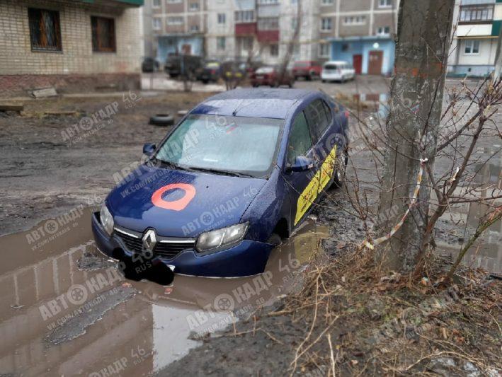 В Курске автомобиль службы такси ушел под землю