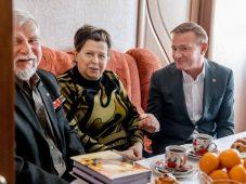 Роман Старовойт поздравил курского ветерана с Днем защитника Отечества
